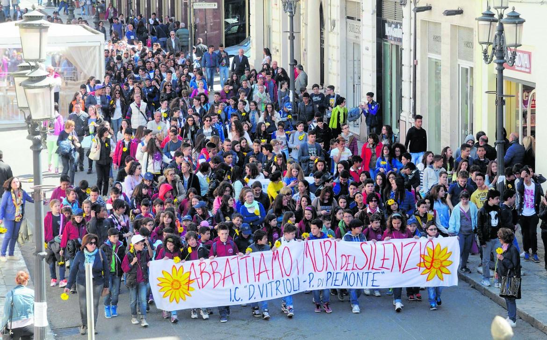 Reggio Calabria,  il corteo della gerbera gialla  contro la 'ndrangheta