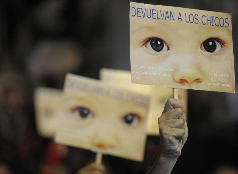 Manifestazione contro la dittatura argentina e il rapimento dei figli dei desaparecidos