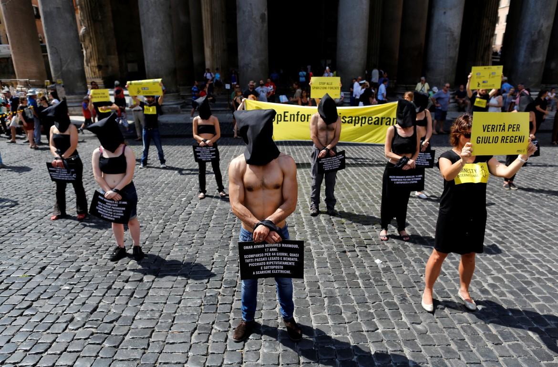 Roma, flash mob di Amnesty International al Pantheon in ricordo di Giulio Regeni e contro la tortura e le sparizioni forzate in Egitto