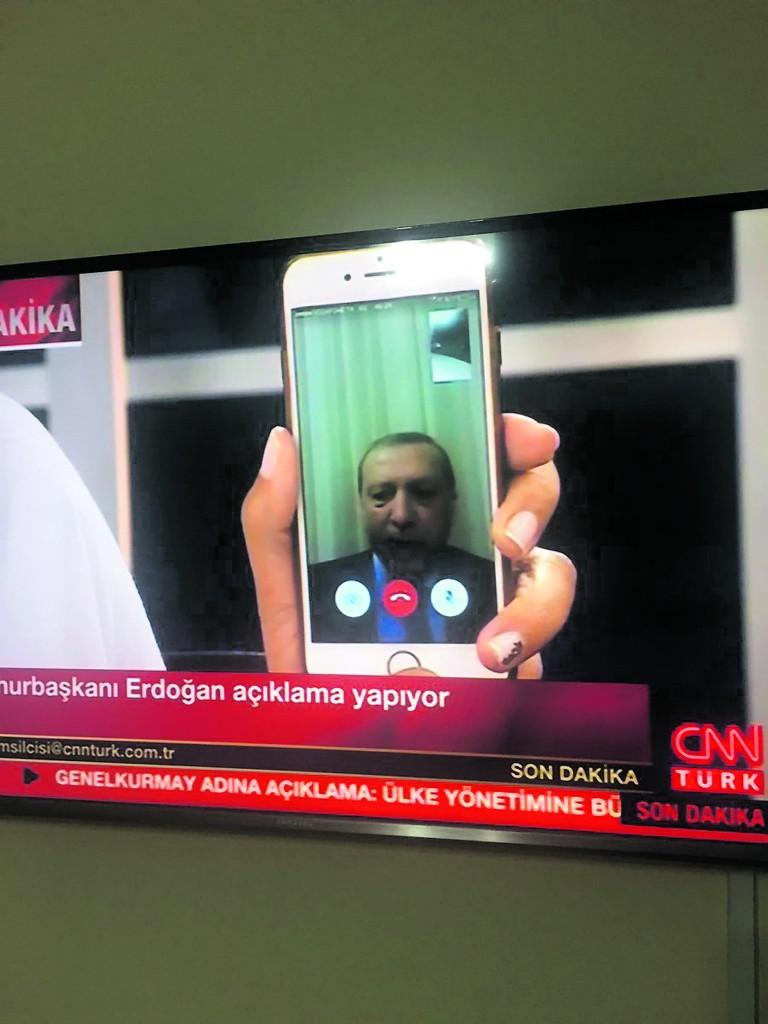 Il presidente Erdogan in fuga parla alla nazione via smartphone