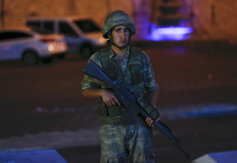 Un soldato a piazza Taksim, Istanbul, durante la notte del golpe
