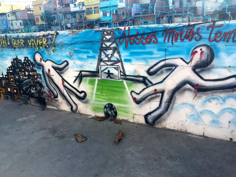 Mural nella favela de Manguinhos: in 2 anni otto ragazzini sono stati uccisi dall'esercito mentre giocavano a pallone