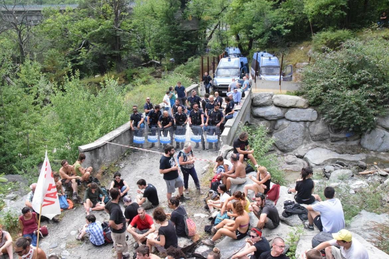Valsusa, oggi:visita al Mostro, da parte dei vecchi e nuovi NOTAV. Ops, di qui non si passa.