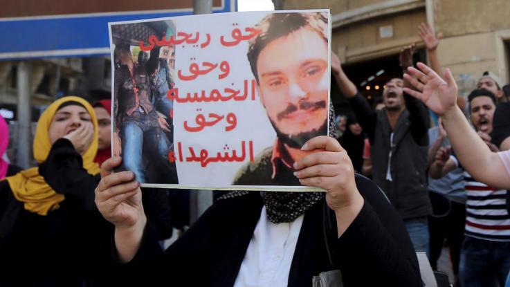 Un cartello che ricorda Giulio Regeni durante una manifestazione al Cairo