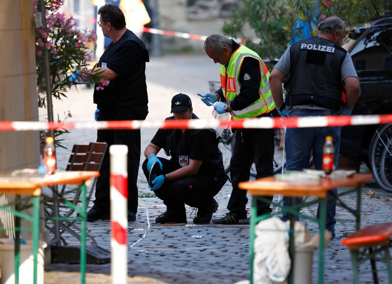 Poliziotti sulla scena dell'esplosione