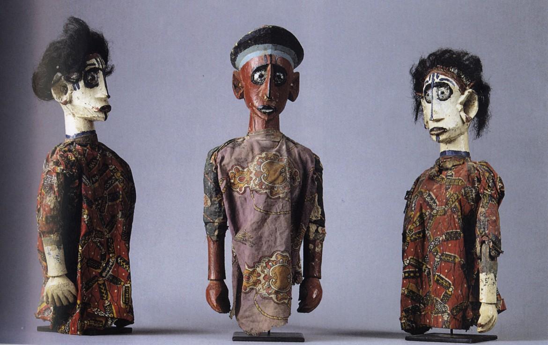 A destra, pupazzi di legno del Mali