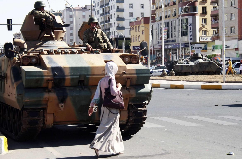 Una donna kurda di fronte a un tank dell'esercito turco nel sud est del paese