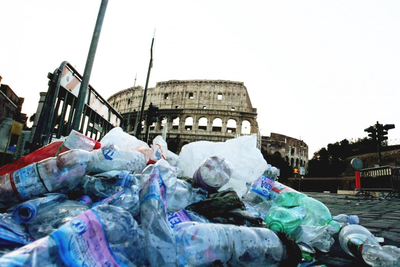 Immondizia a Roma. Nella foto piccola Virginia Raggi e Paolo Muraro (LaPresse)