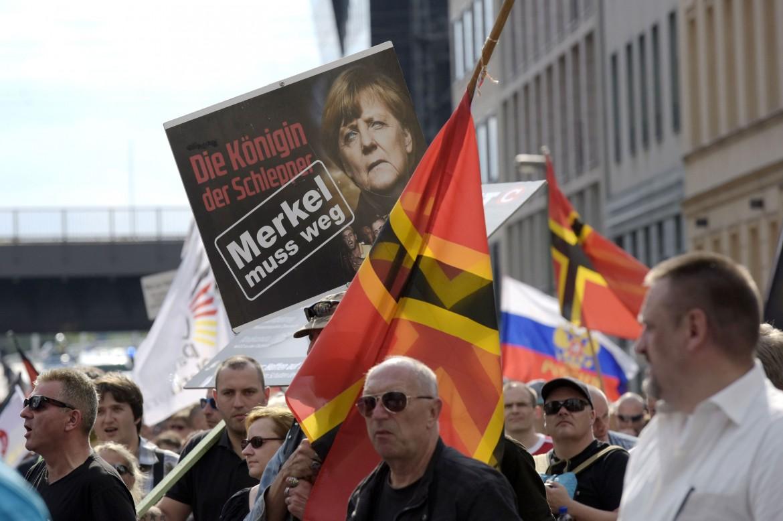 Manifestazione contro l'arrivo dei profughi siriani in Germania