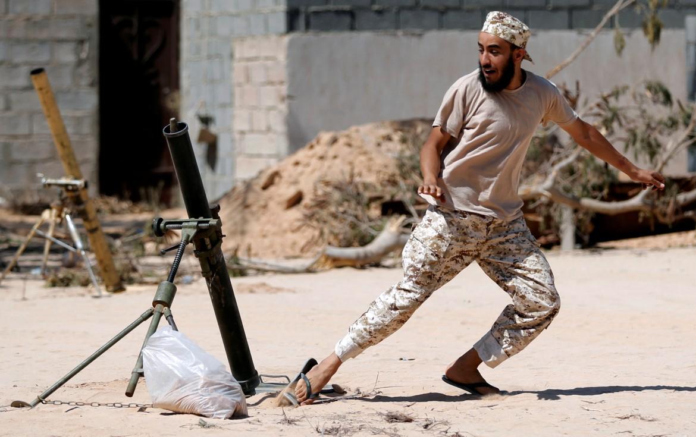 Un miliziano pro-governativo a Sirte