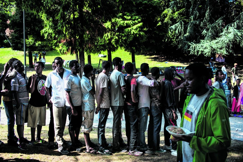 Como, l'accampamento dei migranti in attesa davanti alla stazione