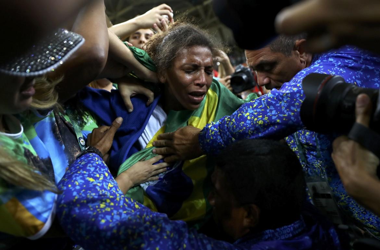 La judoka brasiliana Rafaela Silva dopo la conquista della medaglia d'oro a Rio 2016