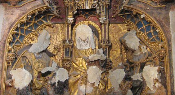 Bassorilievo in una cappella del Duomo di Utrecht con i volti distrutti durante la Beeldenstorm