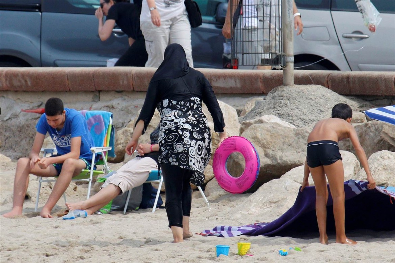 Una donna musulmana in spiaggia in burkini