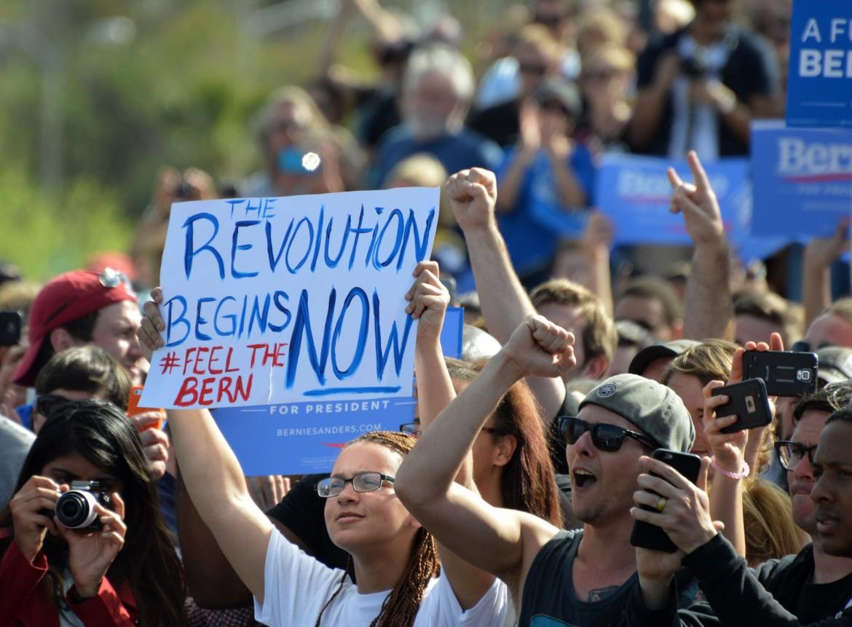Una manifestazione a sostegno di Bernie Sanders