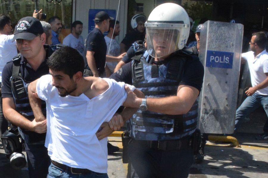 Un arresto durante una manifestazione in Turchia