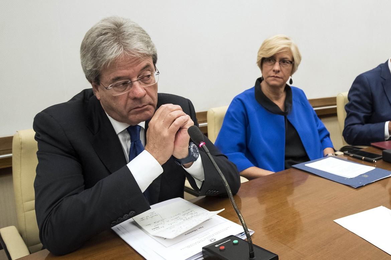 Gentiloni con la ministra della Difesa Pinotti