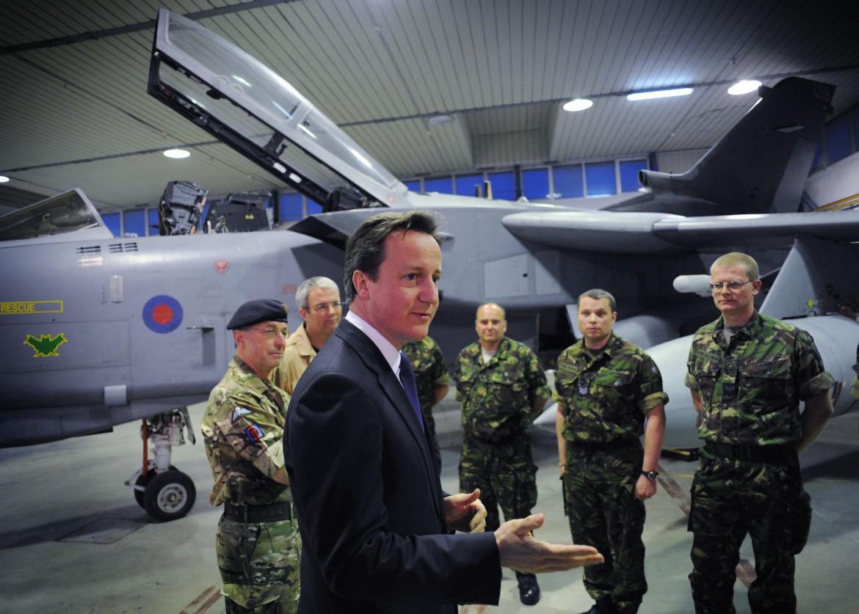 Cameron con i piloti della Raf, nell'aprile 2011, nella base italiana Gioia del Colle