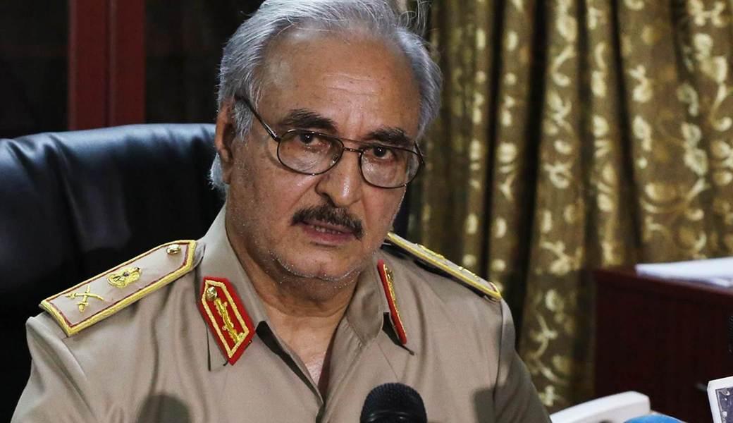Il generale Haftar, capo dell'esercito del parlamento di Tobruk