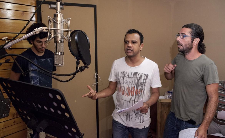 Gli attori di Hay El-Matar nello studio di registrazione