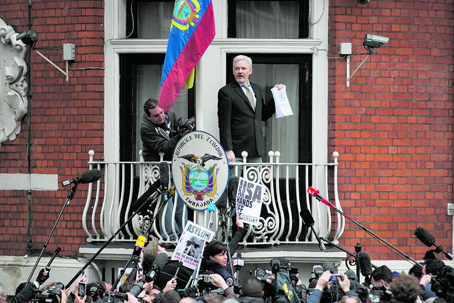 Julian Assange nell'ambasciata ecaudoregna a Londra