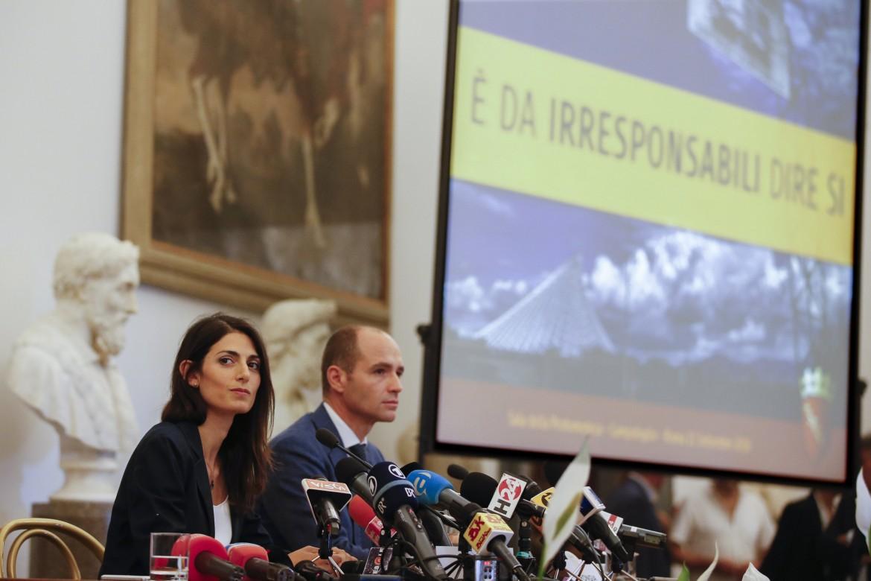 Raggi e il vice Frongia annunciano il no alle Olimpiadi a Roma in conferenza stampa