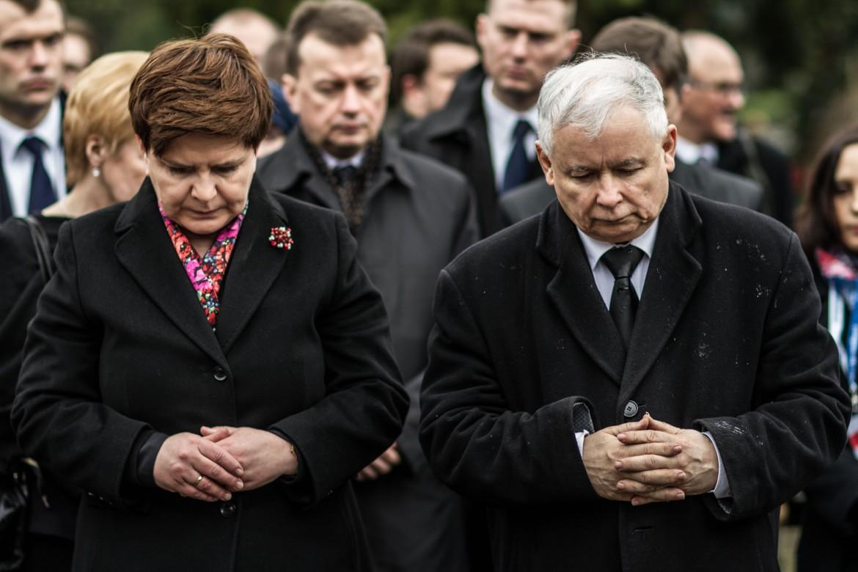 La premier polacca Beata Szydlo e Jaroslaw Kaczynski al cimitero militare di Varsavia per la cerimonia per il sesto anniversario dell'incidente aereo di Smolensk in Russia