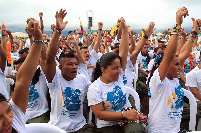 23settembre, la conferenza nazionale dei guerriglieri delle Farc approva gli accordi di pace