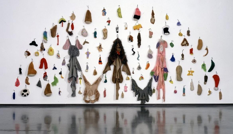 Un'opera di Annette Messager, «Les restes» (2000, foto di Jacque Faujour)