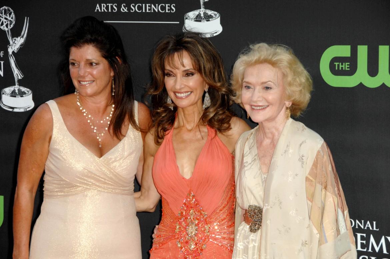 Agnes Nixon a destra a fianco di Susan Lucci, la diva delle soap opera