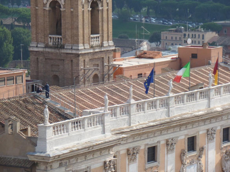 Sul tetto di Palazzo Senatorio il giornalista portoghese Frederico D. Carvalho ha fotografato la sindaca di Roma Virginia Raggi con il capo segreteria Salvatore Romeo