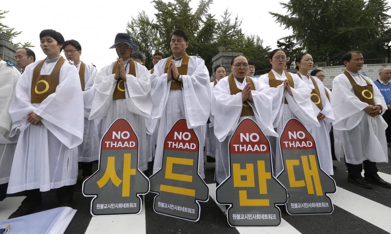 La protesta di monaci buddisti contro l'installazione del sistema missilistico di difesa statunitense (Thaad) in Corea del Sud