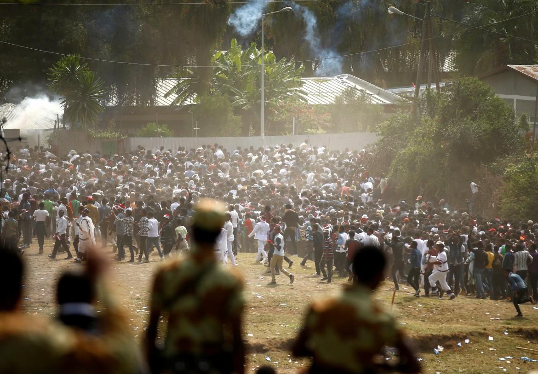 Bishoftu, Etiopia: la folla in fuga mentre la polizia interviene per reprimere la protesta degli Oromo