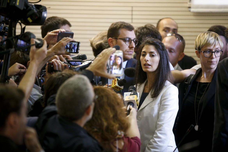 La sindaca di Roma Virginia Raggi in conferenza stampa, ieri, al III Municipio