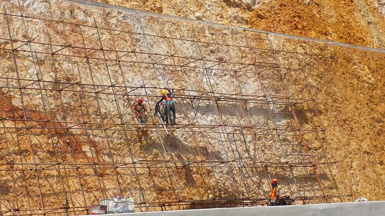 Lavori di consolidamento sulla parete franata della nuova autostrada Ocho Rios-Kingston