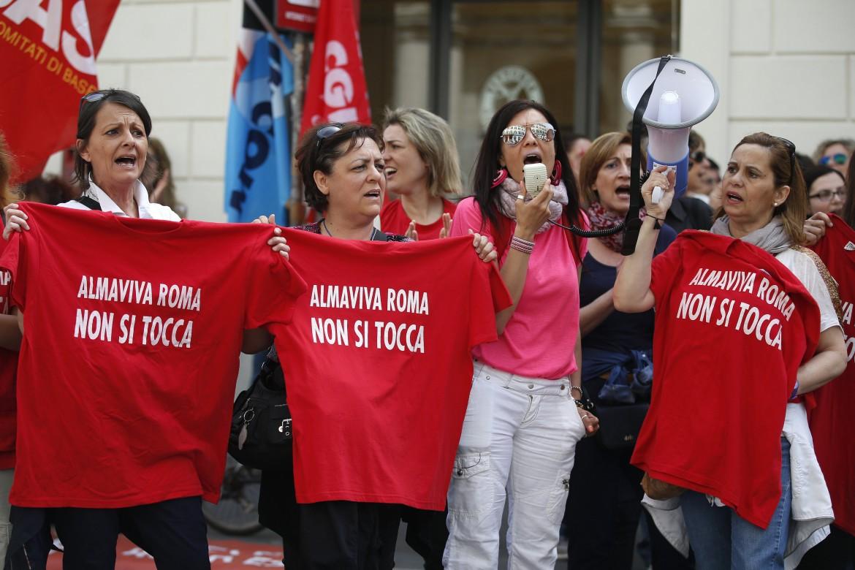 Manifestazione delle operatrici Almaviva