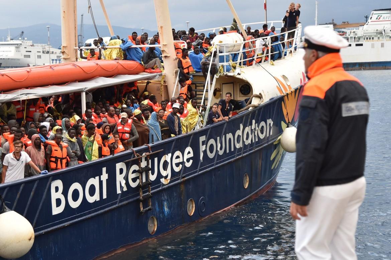 La nave Golfo Azzurro di Boat Refugee Foundation arriva nel porto di Messina