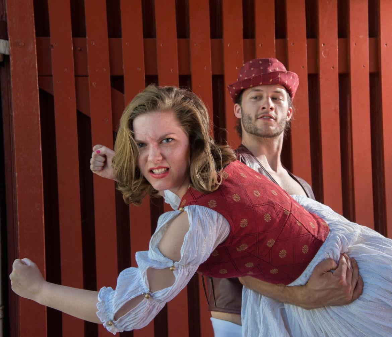 Angeline Dai nel ruolo di Kate e Cale Yates in quello di Petruchio,  in una scena di  «The Taming  of the Shrew», Flatwater Shakespeare's local summer, 2016