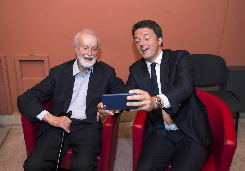 Renzi e Scalfari nel backstage dell'ultima edizione di Repubblica delle idee di giugno