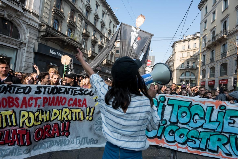 Studenti in piazza ieri a Milano