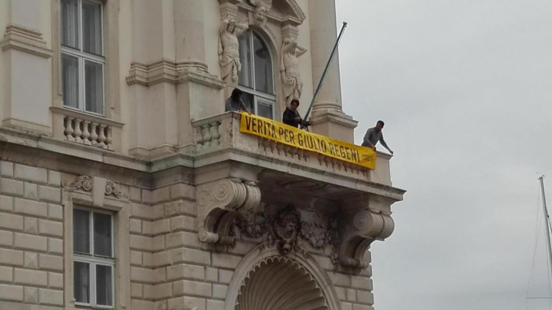 Lo striscione di Amnesty International per la verità su Regeni esposto sul palazzo della regione Friuli Venezia Giulia
