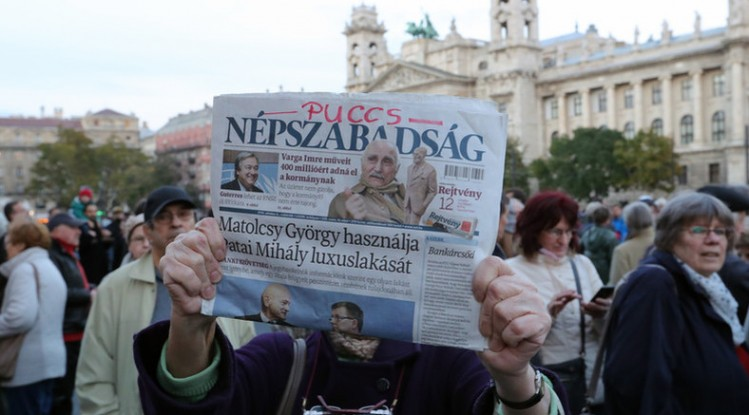 Opposizione in piazza con i giornalisti di