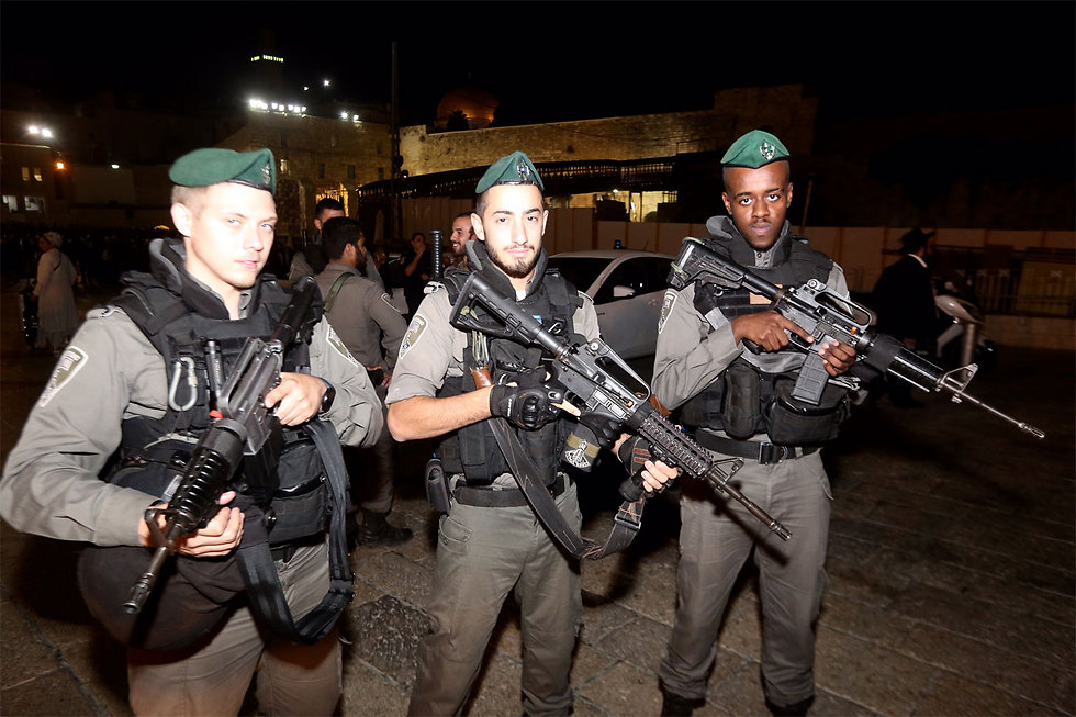 Poliziotti israeliani ieri a Gerusalemme