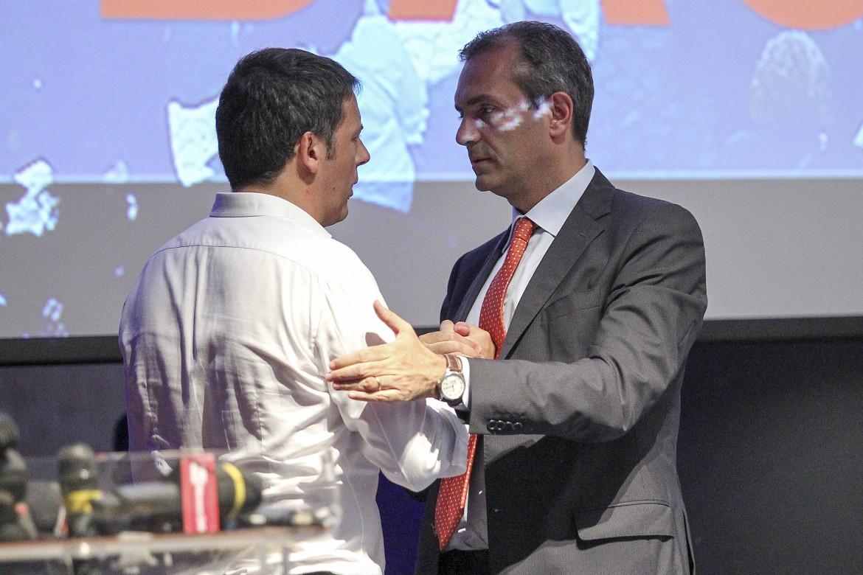 Il premier Matteo Renzi e il sindaco di Napoli Luigi de Magistris