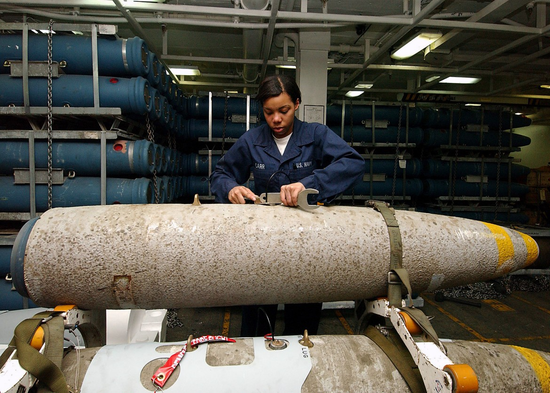 La preparazione di una bomba Mark 82 su una portaerei Usa