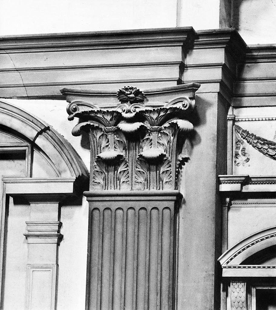 Firenze, San Lorenzo, sagrestia nuova, capitello in pietra serena