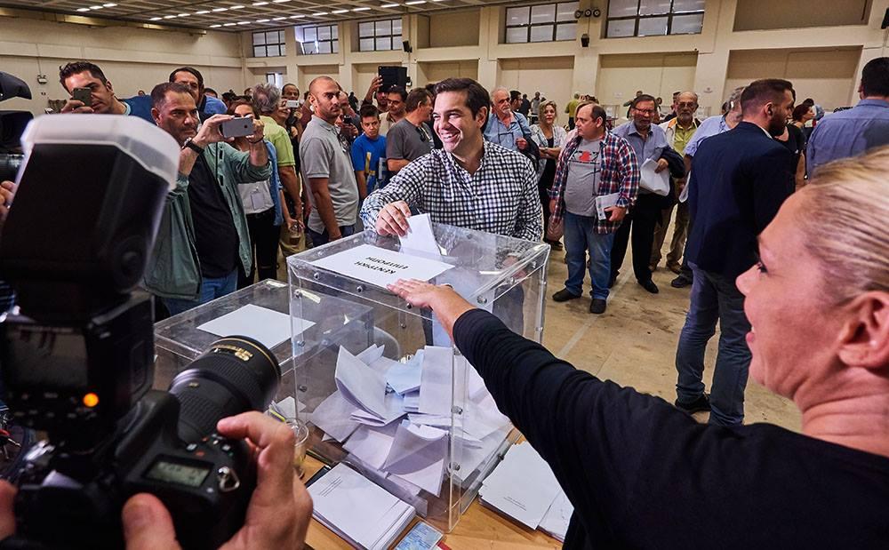 Alexis Tsipras al secondo congresso di Syriza, mentre vota e sugli spalti