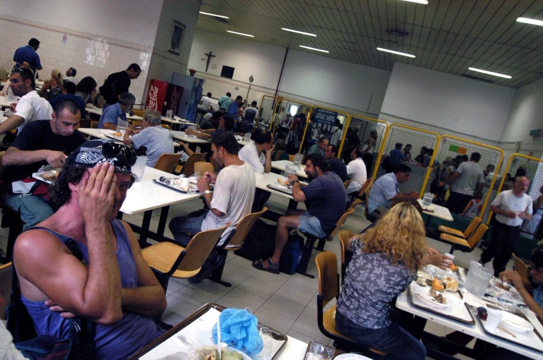 Pranzo di Ferragosto alla mensa Caritas di via Marsala a Roma