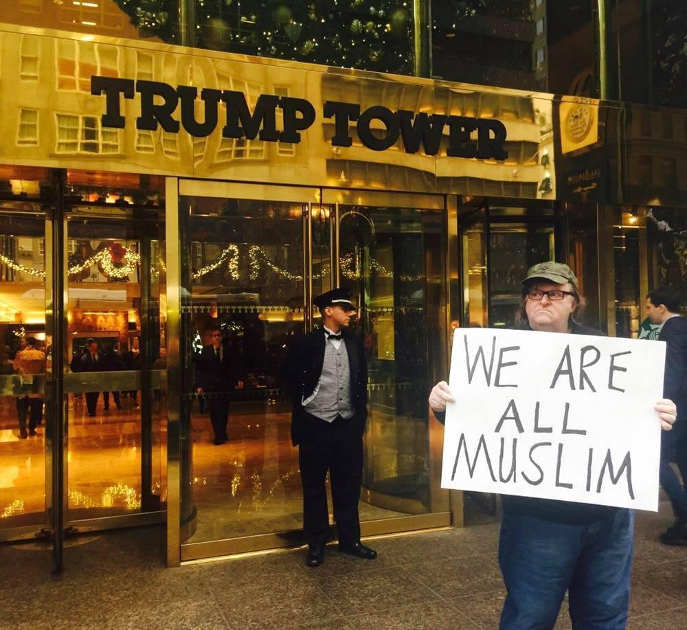 Michael Moore di fronte al quartier generale di trump