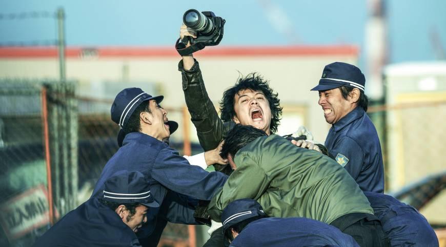 una scena del film Scoop diretto da Hitoshi One